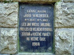 Detail desky na Wachtelově pomníku