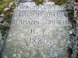 Pomník 1. výsevu modřínu na Jindřichohradecku-detail nápisu (rok 1880)